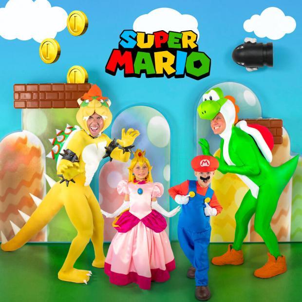 Папы в костюмах динозавров, девочка в костюме принцессы, а мальчик - супер Марио