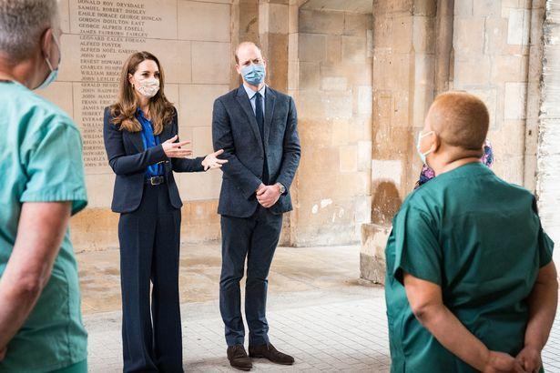 Кейт Миддлтон в красивом брючном костюме подчеркнула скрыла недостатки фигуры