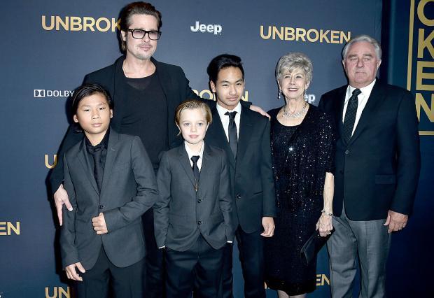 Брэд Питт с родителями и тремя из шести детей
