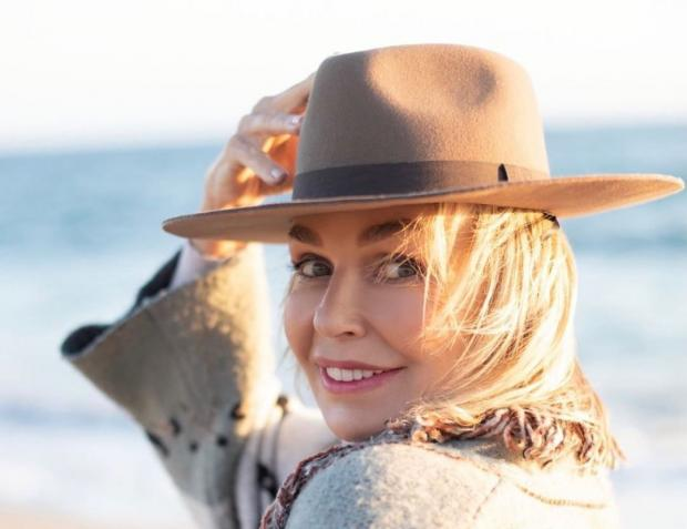 Наталья Андрейченко в коричневой шляпе