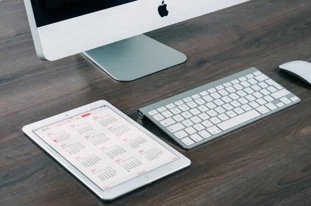 монитор, клавиатура и календарь