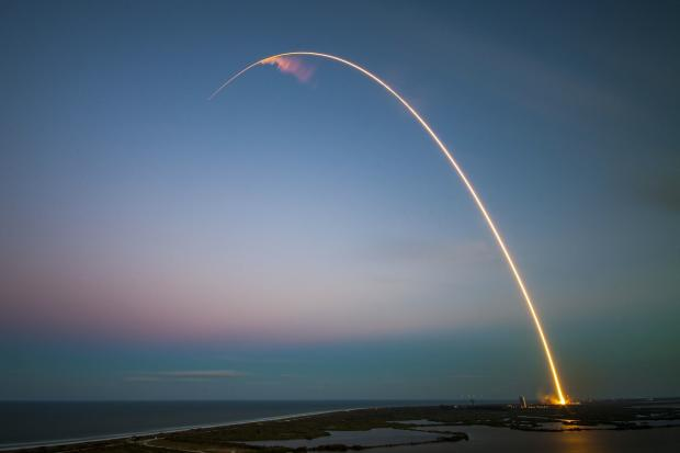 след от летящей ракеты в небе