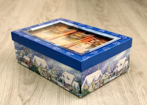 в подарочной коробке с новогодней символикой лежат денежные купюры