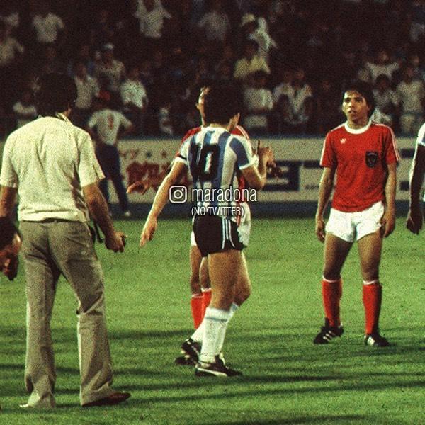 молодой Диего Марадона на поле
