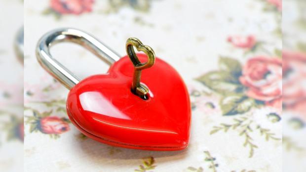 ключ в замке в виде красного сердца