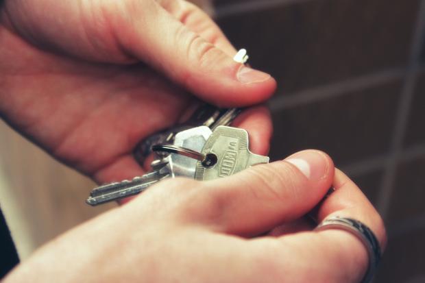 человек держит в руках ключи