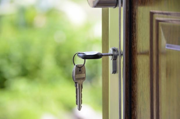ключи в дверном замке