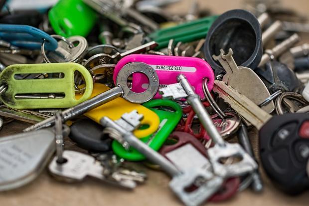 на столе лежит груда разнообразных ключей