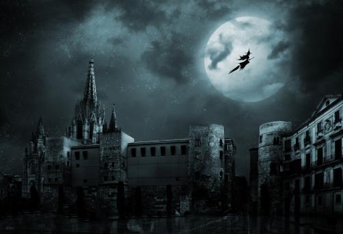 ведьма на метле летит по ночному небу с Луной