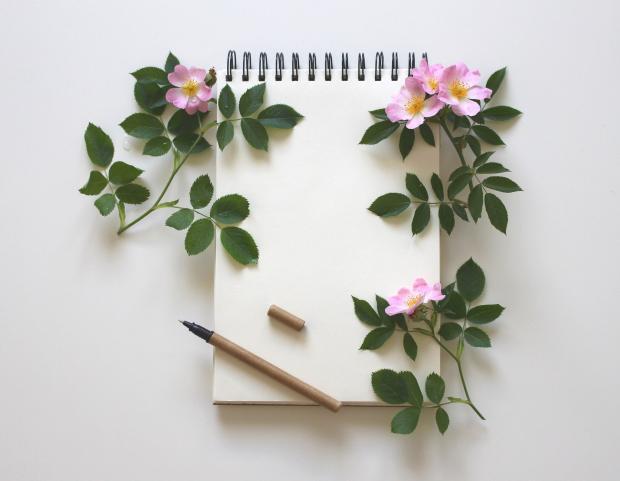 блокнот в обрамлении цветов, ручка