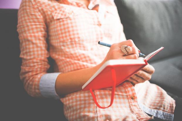 девушка пишет в дневнике