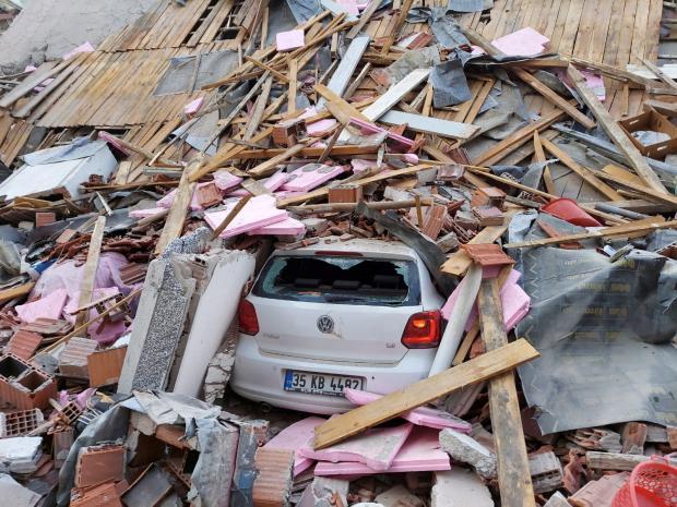 автомобиль под завалами в Турции