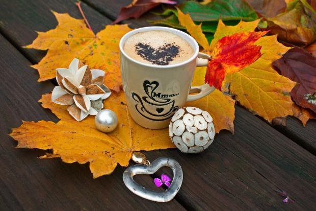 чашка кофе на осенних листьях
