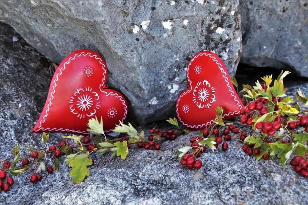 два красных сердца и рябина на камнях