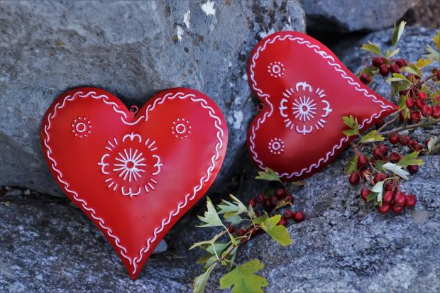 красивые красные сердечки из дерева