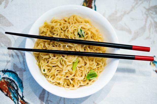 спагетти и китайские палочки