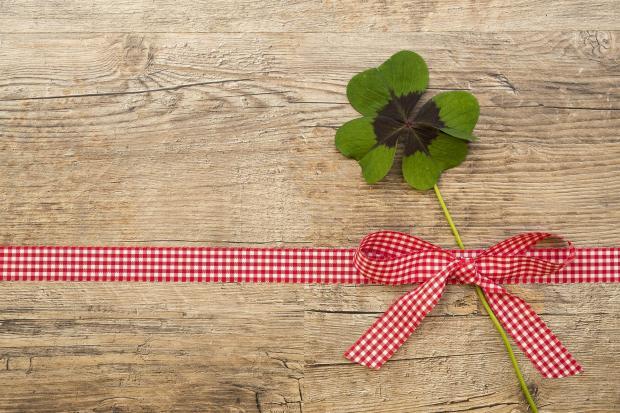 лист клевера, бантик на деревянной доске