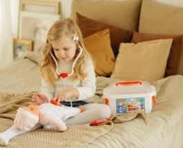 Особенные куклы: женщина создает инклюзивных пупсиков для детей с различными болезнями