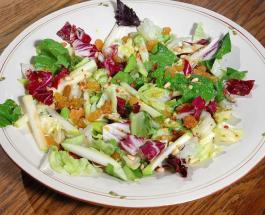 Витаминный салат с яблоками изюмом и кедровыми орехами: рецепт Юлии Высоцкой