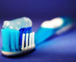 Как часто и каким образом нужно чистить зубную щетку для предотвращения размножения бактерий
