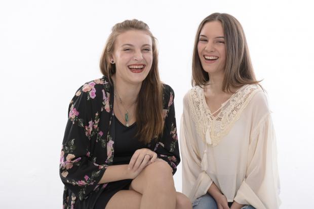 две девушки смеются