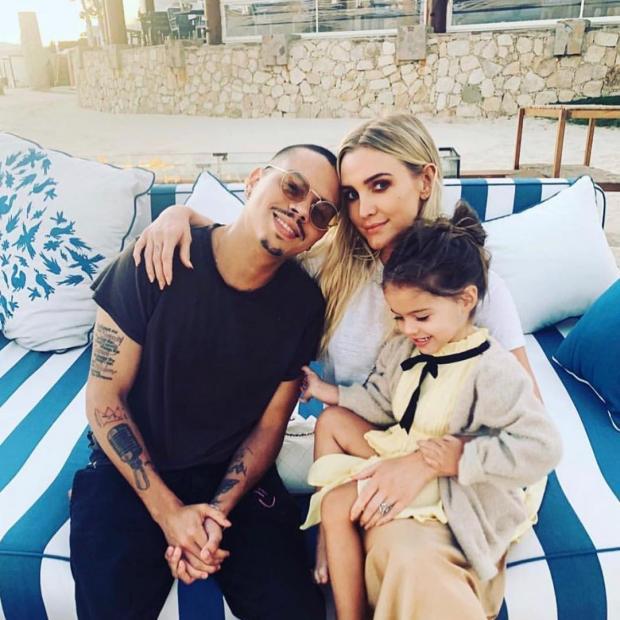 Эшли Симпсон с мужем и единственной дочерью на пляже