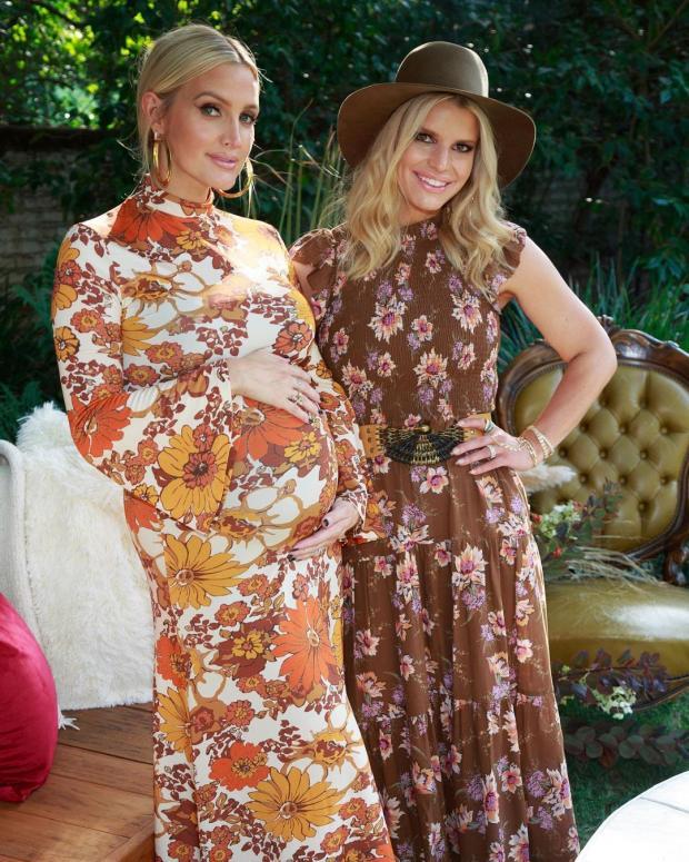Эшли и Джессика Симпсон в цветочных платьях