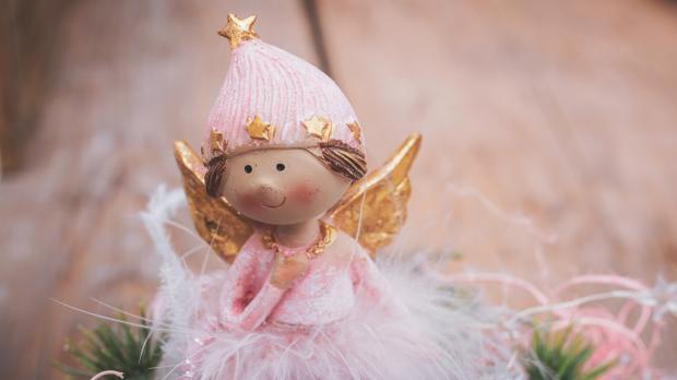 Милая статуэтка розового ангела