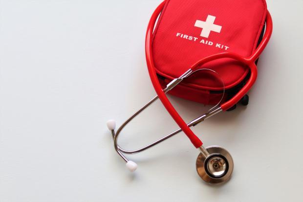 Красная аптечка и стетоскоп