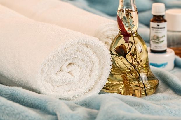 белое махровое полотенце в рулоне, ароматические масла