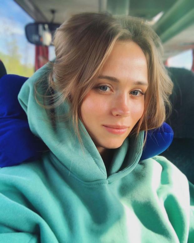 Анна Кошмал в зеленом худи