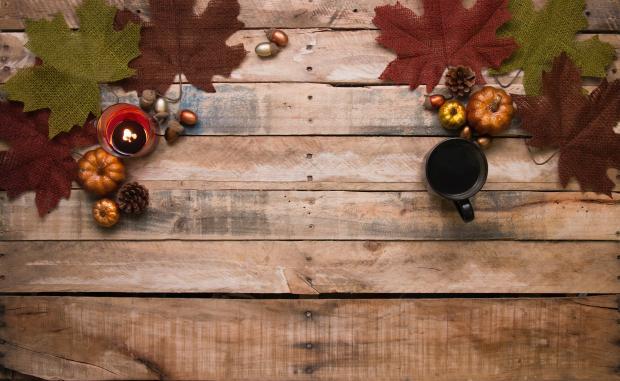 Осенние листья на деревянной доске