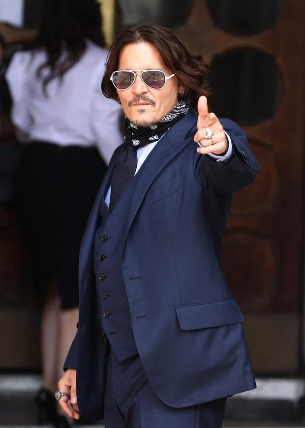 Джонни Депп в синем костюме и солнцезащитных очках