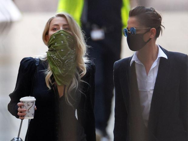 Эмбер Херд в очках и с маской на лице в компании адвокатов