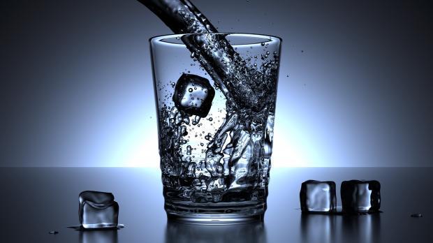 стакан воды со льдом
