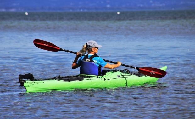 девушка плывет на лодке с веслами