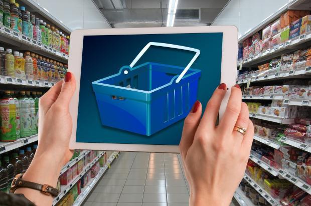 полки в магазине, планшет с изображением корзины для покупок