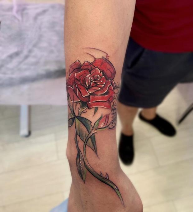 Татуировка в виде красной розы
