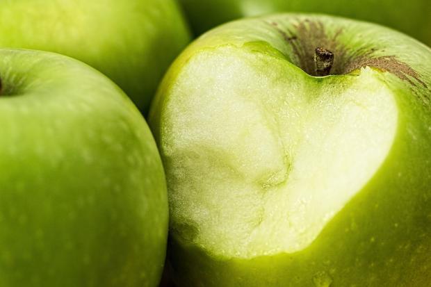 3 зеленых яблока - одно надкушенное