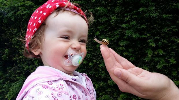 малышка с соской во рту
