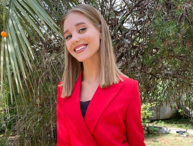 Кристина Асмус в красном пиджаке