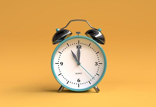 будильник установлен на 11 часов
