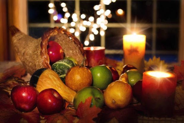 рог изобилия с осенними овощами и свечой