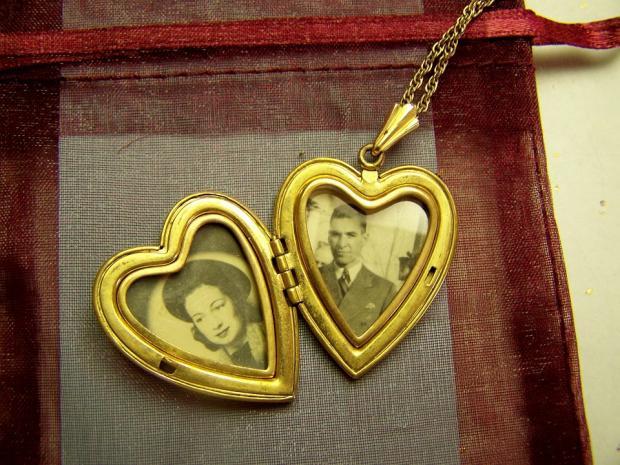 старинный медальон в виде сердца с фото влюбленных