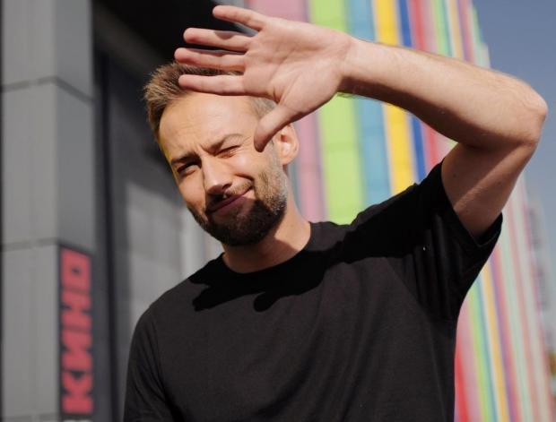 Дмитрий шепелве прикрывает лицо рукой от солнечного света