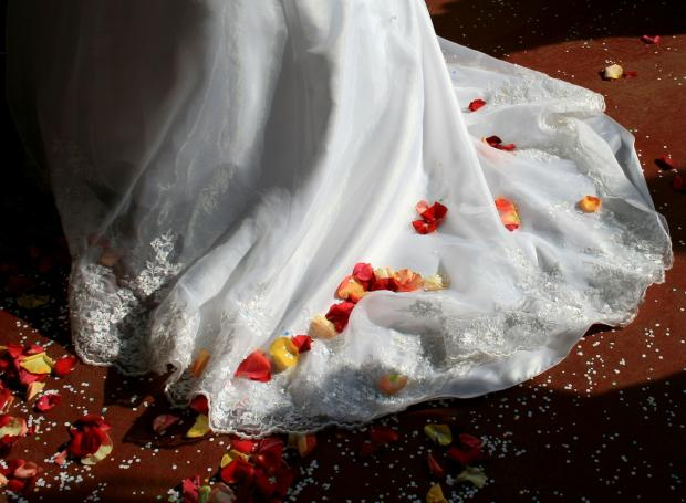подол свадебного платья и лепестки роз