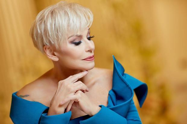 Ирина Понаровская в голубом платье