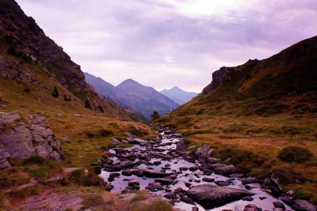 текущая между двух холмов река