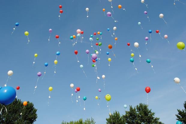 летящие ввысь разноцветные воздушные шары