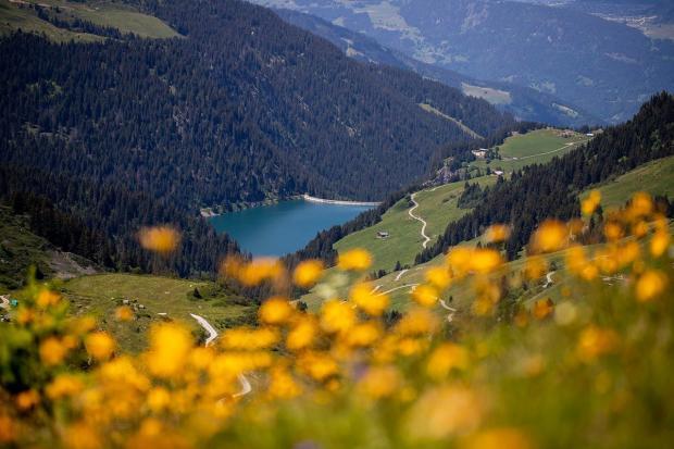 красивый пейзаж с горами и озером